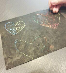 hartjes op zelfgemaakt kraspapier